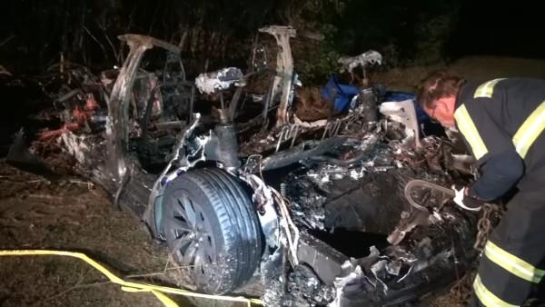 Doua persoane au fost gasite decedate, intr-o masina Tesla care ar fi fost pe pilot automat, fara sofer pe scaun