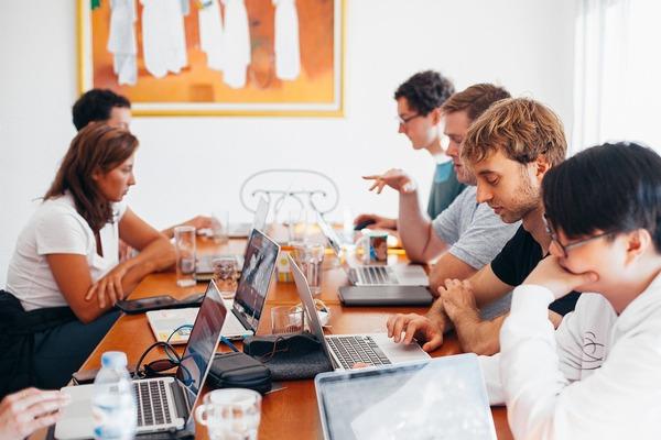 Aproape jumatate dintre managerii firmelor mici si mijlocii au tinut cu dintii de angajatii lor