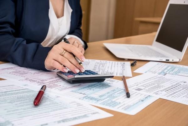 Bani in avans din salariu, fara niciun cost: Cum poti lua 50% din banii aferenti zilelor lucrate efectiv intr-o luna