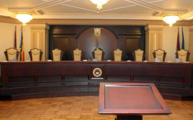 Dilema judecatorilor CCR in Romania tuturor posibilitatilor: A fi sau a nu fi barbatii insarcinati