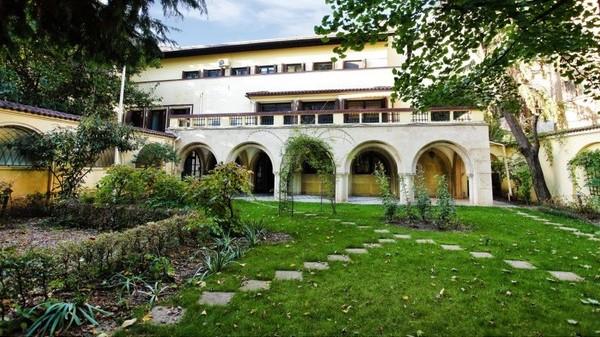 Vila singurului poet roman prim-ministru este de vanzare cu 5-6 milioane de euro sau poate fi inchiriata cu 19.000 de euro pe luna