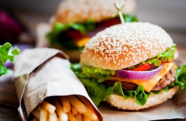 Lege noua in Romania: Consumi fast-food sau produse de patiserie ori margarina? Ai mare grija la ceea ce cumperi!