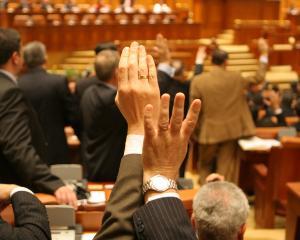 Senatorii au adoptat Legea darii in plata: Prima Casa ramane inclusa in proiect