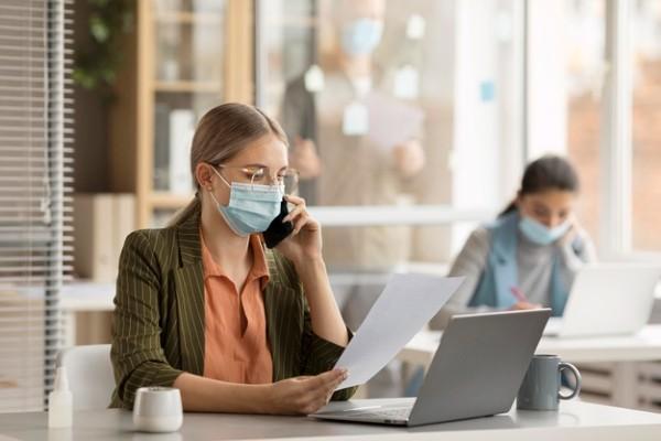 Angajatii din birouri ar putea sa scape de obligativitatea portului mastii de protectie, daca sunt vaccinati