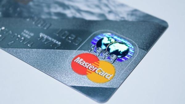 Mastercard si Petrom ii incurajeaza pe romani sa opteze pentru platile cu cardul in benzinarii