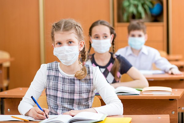 Operatiunea MASCA: Parintii copiilor din Romania, imposibil de multumit in pandemie