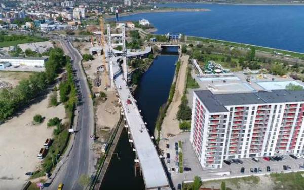 Podul Ciurel: A fost turnat primul strat de asfalt, dupa 9 ani