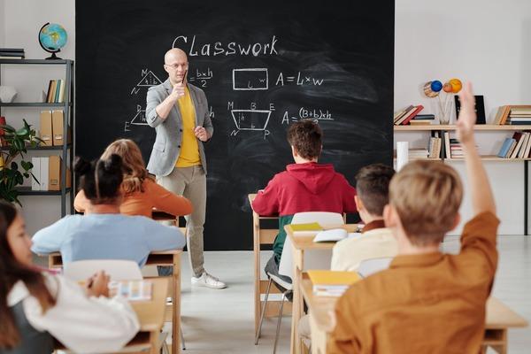 Cu 100 de milioane de euro de la Banca Mondiala scolile din Romania ar trebui sa devina mai sigure, incluzive si durabile