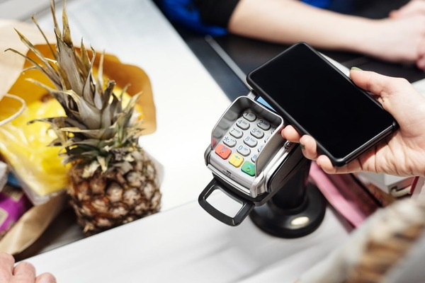 Patru din zece romani s-ar simti confortabil sa isi lase cardurile acasa si sa faca plati cu telefonul mobil sau cu ceasul