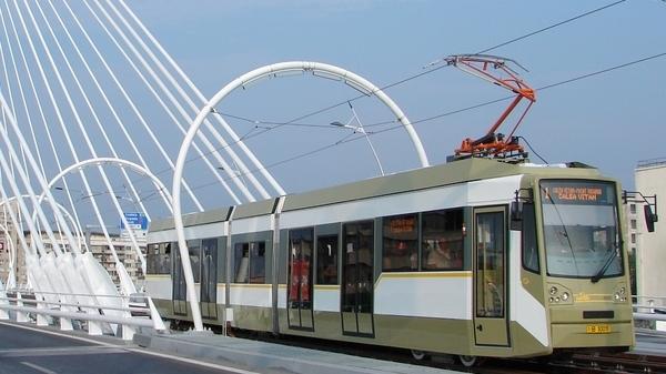 Un tramvai al STB, gazda a poeziei in luna septembrie