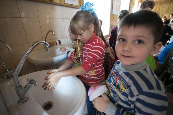 UNICEF: 1 din 4 scoli din Romania nu are dotari minime pentru spalatul mainilor