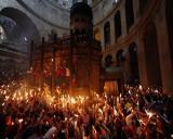 Zeci de mii de credinciosi au asistat la aprinderea Sfintei Lumini la Biserica Sfantului Mormant din Ierusalim