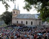 Zeci de mii de credinciosi la Sfanta Liturghie de la Manastirea Nicula