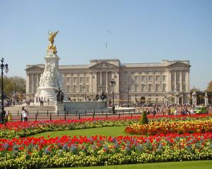 Regina Elisabeta a II-a, somata sa-si reduca cheltuielile