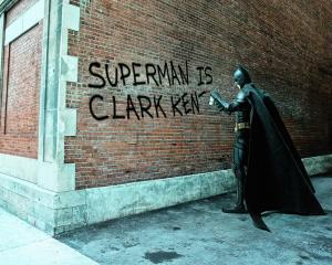 Supereroii descind la Paris in doua ipostaze