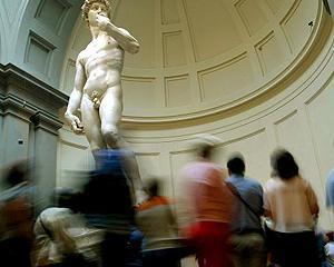 Glezna fina ameninta statuia lui David cu prabusirea