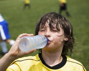 Recomandarea de a bea 2 litri de apa pe zi: Stiinta sau marketing?