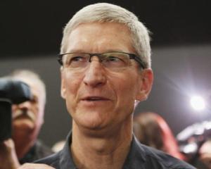 CEO-ul Apple, Tim Cook, mult mai sarac in 2012