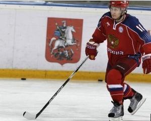 Putin pe gheata: Premierul rus face parada de calitatile de hocheist