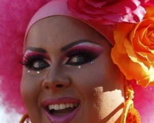 Studiu american: Homosexualii castiga mai mult decat heterosexualii si au mai putine datorii