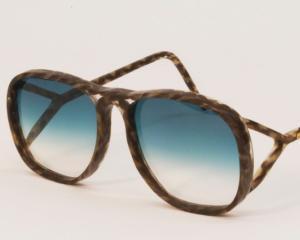 Doi absolventi ai Royal College of Art au creat ochelarii din fire de par uman