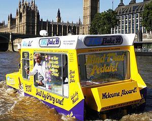 Londra: Primul vehicul amfibiu care vinde inghetata ii va racori pe turistii de pe Tamisa