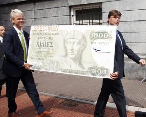 In spatele cortinei, bancile sunt pregatite pentru trecerea Greciei la drahma