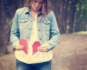 STUDIU: Poti muri de inima franta, mai ales daca esti femeie
