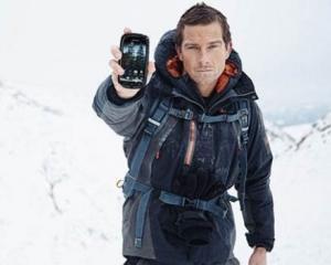In salbaticie, ai nevoie de un smartphone rezistent: Bear Grylls mizeaza pe Kyocera Torque