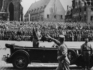 Colectie rara de fotografii cu Hitler, vanduta pentru 47.000 de dolari