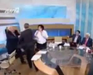 Un politician extremist grec a atacat doua femei intr-o emisiune TV
