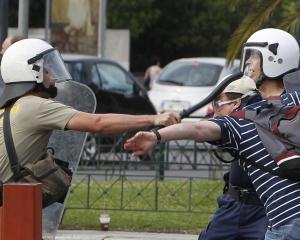Scurt ghid la criza financiara din Grecia: Cum a ajuns o tara in care economia a crescut 15 ani aici?