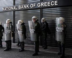 Romanii, speriati de criza din Grecia. Au retras 1,2 miliarde de euro de la subsidiarele bancilor elene