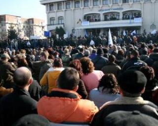 Peste 7.000 de oameni protesteaza la Mioveni impotriva Guvernului