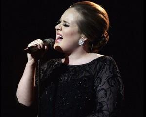 Ce legatura este intre Adele si Anonymus