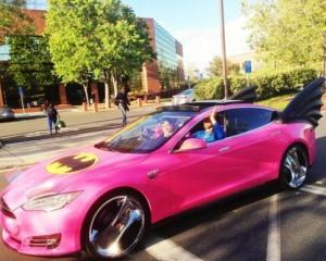 Cum se mai distreaza angajatii Google: I-au vopsit masina sefului in roz