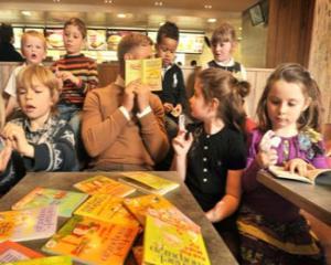 Britanicii care vor cumpara un Happy Meal vor primi o carte, nu o jucarie