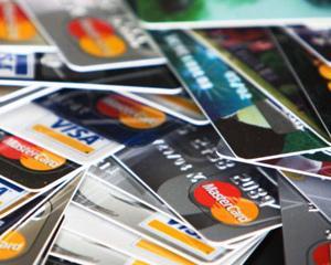 Criza trece, cardurile de credit raman