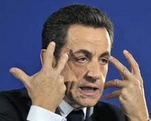 Nicolas Sarkozy apara onoarea sotiei si ameninta un ziarist ca-i
