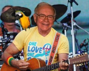 Warren Buffett se apuca de cantat in China
