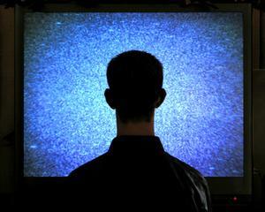 Romanii sunt frati cu ecranul: 83% se uita zilnic la televizor
