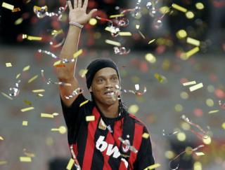 Ronaldinho a incheiat contractul cu AC Milan  Ar putea ajunge la Blackburn Rovers