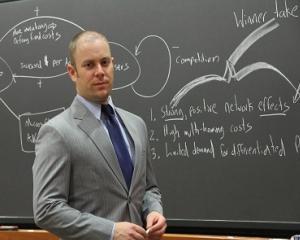 Inscrierile la cursul interactiv de negociere sustinut de Peter Coles, profesor la Harvard Business School, au intrat pe ultima suta de metri