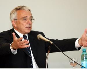 Isarescu considera ca nu mai exista motive sa nu fie reduse preturile carburantilor