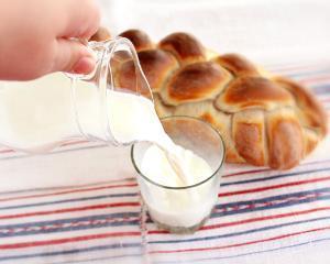 Pretul painii si al laptelui s-ar putea dubla