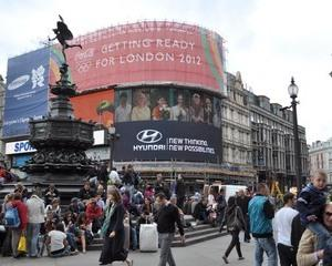 Hyundai si-a parcat reclamele in Piccadilly Circus si Victoria Harbor