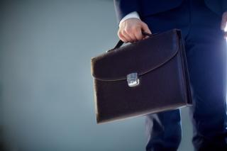 3 greseli financiare pe care le fac tinerii absolventi la inceput de cariera