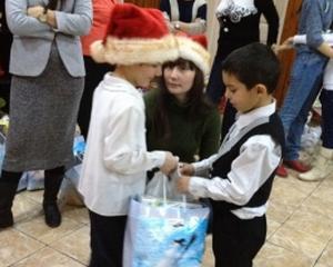 Peste 300 de copii defavorizati s-au intalnit cu Mos Craciun