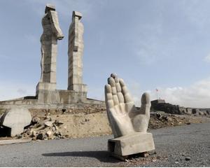 Statuia simbolizand prietenia dintre Turcia si Armenia este demontata: O privire asupra celor mai urate monumente din lume