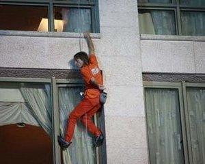 Omul-paianjen s-a catarat si pe Hotelul Intercontinental din Bucuresti